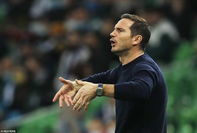 Lampard không có chiến thuật, tiền vệ và hậu vệ chỉ biết chuyền về?